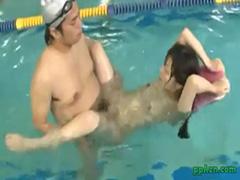 プールに浮かぶオッパイ