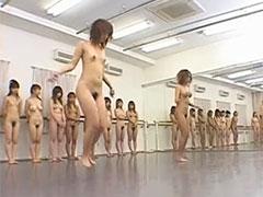 ギャルが全裸で縄跳び