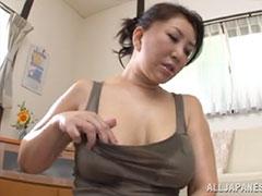 乳首をいじるおばさん