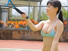 ビキニでテニス