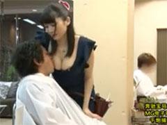 巨乳の美容師